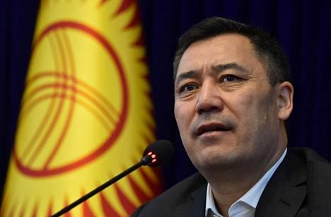 Pääministeriksi noussut Sadyr Žaparov puhui pääkaupunki Biškekissä lauantaina.
