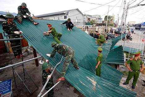 Vietnamilaiset sotilaat korjasivat lauantaina taifuunin aiheuttamia tuhoja Ha Tinhin provinssissa.