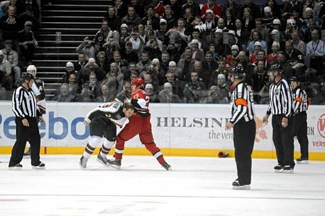 Entiset NHL-pelaajat Chris Ferraro ja Dan Fritsche syyttävät NHL:ää äärimmäisen väkivallan markkinoimisesta.
