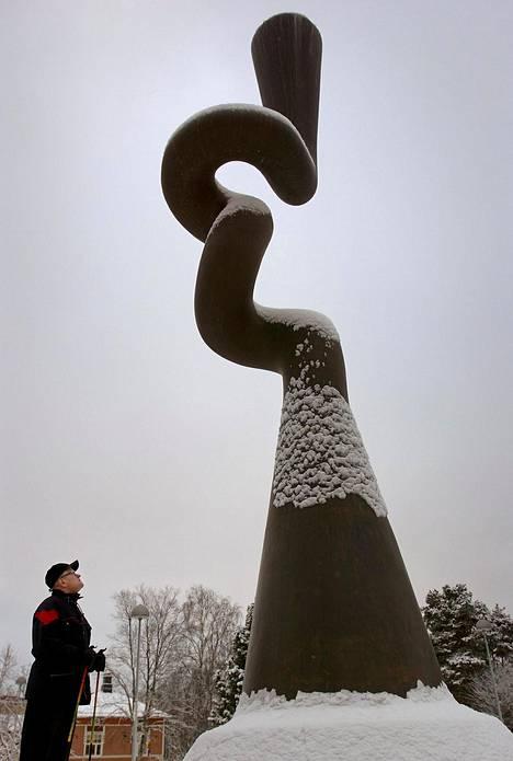 Kajaanissa sijaitsee Pekka Kauhasen tekemä Urho Kekkos-muistomerkki Suuri aika vuodelta 1990.