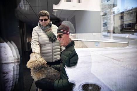 Irma ja Ismo Boman koiransa Boriksen kanssa kotitalonsa aulassa Lohjan keskustassa.