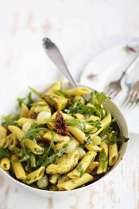 Broilerilla tukevoitettu pastasalaatti on kauniin keltainen curryn ansiosta. Resepti on jutun lopussa.
