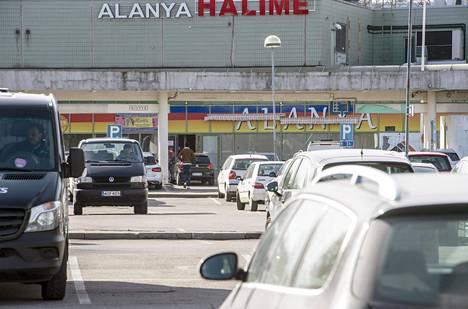 Puhoksen ostoskeskuksen parkkipaikalla oli paljon autoja tiistaina.