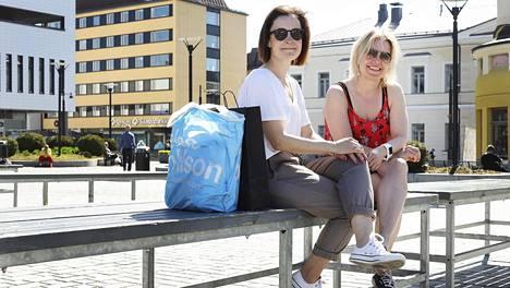 Pia Kontula (vas.) ja Ulla Kuhmonen viettivät päivää Kuopion torilla. Rokotusten eteneminen ja parempi tartuntatilanne antavat heille uskoa siihen, että kesästä tulee koronatalvea helpompi.