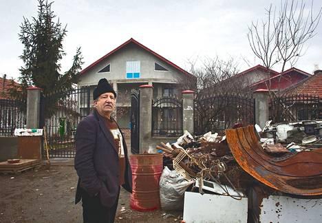 Sarulestin romaniyhteisön bulibasha eli kyläpäällikkö Gogu Mihain kotitalon edessä on romumetallikasa, jonka kyläläiset vaihtavat metallilevyihin. Niistä he valmistavat astioita.