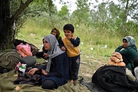 Siirtolaisperhe Afganistanista Serbian pohjoisessa rajakaupungissa Suboticassa tiistaina. Unkarin ulkoministeri kertoi keskiiviikkona maan aikovan sulkea Serbian puoleisen rajansa.