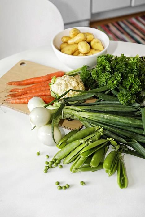 Anni Sinnemäen kesäkeitossa on perinteiset raaka-aineet: perunoita, porkkanoita, kukkakaalia, sipulia ja herneitä.