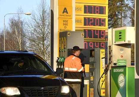 Etenkin bensiini halpeni. Kuva Mäntsälästä 27. huhtikuuta.