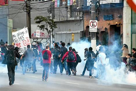 Poliisi karkoitti protestoivia metron työntekijöitä kyynelkaasulla São Paulossa Brasiliassa maanantaina.