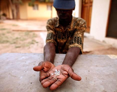 Laittomien timanttien kauppias esitteli timantteja Manicassa lähellä Zimbabwen rajaa syyskuussa 2010.