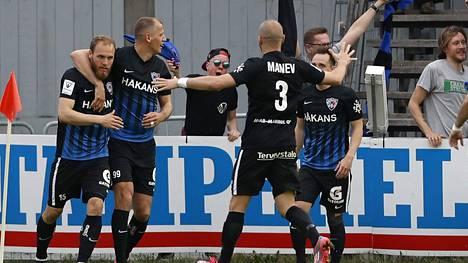 Inter-hyökkääjä Timo Furuholm (vas.) ja Njazi Kuqi (toinen vas.) juhlivat maalia Veikkausliigan ottelussa Tammelan stadionilla toukokuussa 2017.