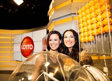 Juontajat Johanna Helin (vas.) ja Jasmin Hamid esittelivät uutta lottolähetystä maanantaina.