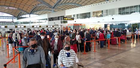 Suomalaisia Alicanten lentokentällä keskiviikkona.