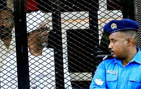 Sudanin entinen presidentti Omar al-Bashir oikeudenkäynnin aikana lauantaina.