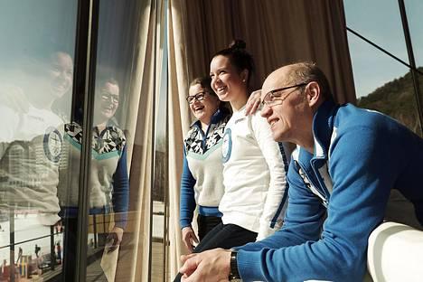 Kerttu Niskanen vanhempiensa Tarja ja Eero Niskasen kanssa Pyeongchangissa.