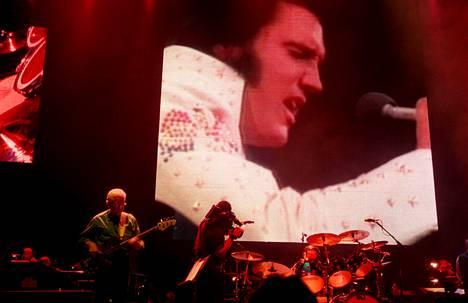 Elvis Presleyn 70-luvun yhtye TCB Band esiintyi Hartwall Areenalla vuonna 1999.