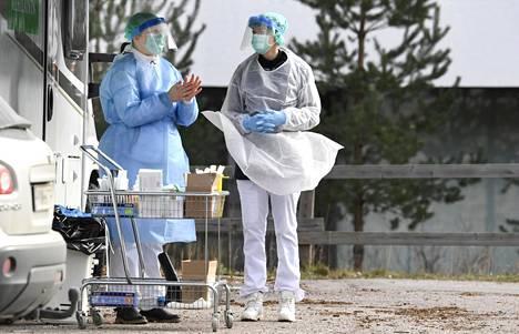 Testaushenkilökunta valmistautui koronavirusnäytteenottoihin Espoossa 18. maaliskuuta.