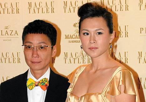 Gigi Chaon (oik.) isä kuohuttaa Hongkongia tarjoamalla lähes 50 miljoonaa euroa miehelle, joka veisi tämän avioon. Chao on ollut vuosia parisuhteessa naisystävänsä Sean Yeungin (vas.) kanssa.