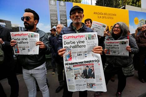 Turkkilaisen Cumhuriyet-lehden tukijoita lehden toimituksen edustalla lokakuussa. Lehden päätoimittaja Murat Sabuncu sekä muuta lehden johtoa pidätettiin lokakuun lopussa.