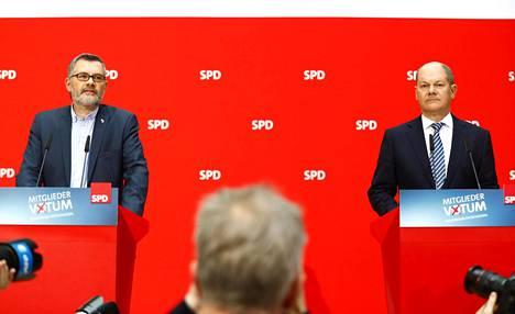 Jäsenäänestyksestä vastannut Saksan sosiaalidemokraattisen puolueen Dietmar Nietan (vas.) ja vt. puoluejohtaja Olaf Scholz kertoivat jäsenäänestyksen tuloksen sunnuntaina SPD:n päämajassa Berliinissä.