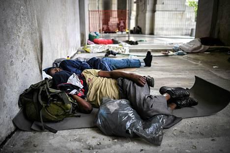 Eritreasta paenneet ihmiset nukkuivat Milanon rautatieasemalla lauantai-iltana.