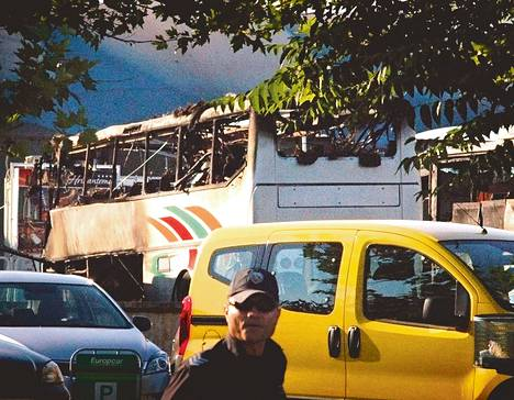 Useat linja- ja henkilöautot syttyivät palamaan Burgasin lentokentällä, kun pommi räjähti yhdessä linja-autossa.