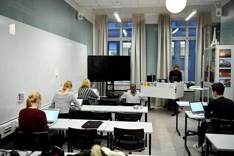 Oppilaita Ressun lukiossa Helsingissä marraskuussa 2020.