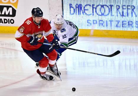 Aleksander Barkov sai Torontoa vastaan kiekon kylkeensä ja jätti pelin kesken. Kuva joulukuun alusta.