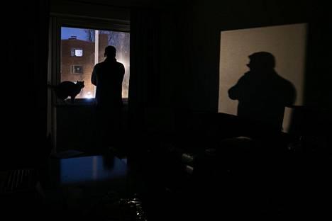 Kirkkaat katuvalot paistavat suoraan helsinkiläisen asunnon olohuoneeseen. Valo häiritsee muun muassa television katselua sohvalla. Kuvan tapaus on eri kuin jutussa kerrottu.