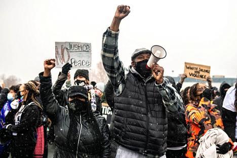 Wrightin kuolema on saanut Brooklyn Centerin kaduille satoja poliisiväkivaltaa vastustavia mielenosoittajia useana päivänä.