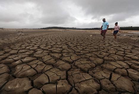 Osa vesialueista, joista Kapkaupungin juomavesi tulee, on täysin kuivuneita. Kuva tammikuun 20. päivältä.