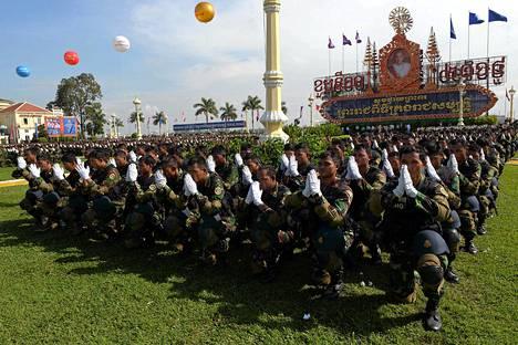 Kambodžalaissotilaat rukoilivat Phnom Penhissa sijaitsevan kuninkaallisen palatsin edustalla tänään keksiviikkona 29. lokakuuta. Kambodžassa vietetään tänään kuningas Norodom Sihamonisin kruunajaisten kymmenvuotispäivää. Valtaosa väestöstä on theravada-buddhalaisia. Köyhä kaakkoisaasialainen maa itsenäistyi Ranskan siirtomaavallan alta vuonna 1953.