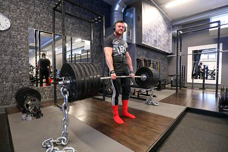 Markus Laine on kompaktin kokoinen voimamies. Hän painaa alle 90 kiloa ja nostaa maasta 300 kiloa. Tässä tangossa on painoa noin 280 kiloa.