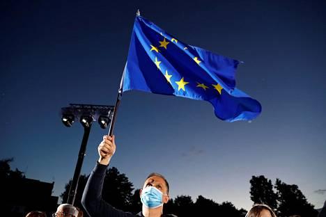 Puolan presidentinvaalit hävinneen Rafał Trzaskowskin vaalitilaisuuksissa heiluteltiin EU:n lippua.