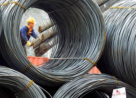 Työntekijä purkaa teräsvaijerilastia Yichangissa Hubein maakunnassa.
