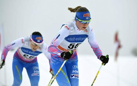 Aino-Kaisa Saarinen (vas.) taisteli osan matkaa kierroksen vähemmän hiihtneen Johanna Matintalon perässä