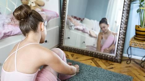 Lapsi arvostaa kehoaan, mutta aikuisten kommentit voivat saada hänet ajattelemaan toisin.