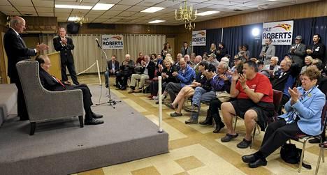 Republikaanien senaattorit Pat Roberts (vas.) ja Bob Dole kampanjoivat Overland Parkin kaupungissa Kansasissa sunnuntaina.
