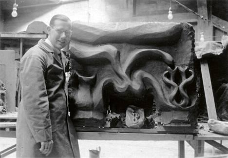 Suomalaissyntyinen Olof Sundström (1899–1962) tutustui Hilma af Klintiin tämän viimeisinä vuosina ja ymmärsi esoteeristen taideteosten arvon. Kuvassa Olof Sundström Goetheanumissa Sveitsissä vuonna 1937.