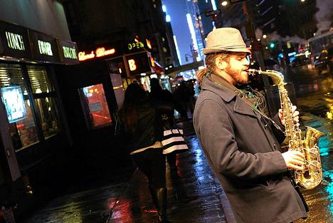 Katumuusikko soitti saksofonia sateisessa New Yorkissa torstaina.