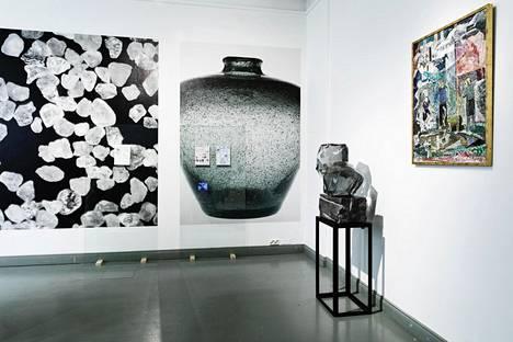 Maagisen realismin vitriini. Robottikädet nostelevat Kaj Franckin Kartio-karahveja paikasta toiseen, jolloin esineiden välille syntyy vuoropuhelua. Oikealla Tapio Wirkkalan Räjähtänyt aurinko (1972), lasitähdet Oiva Toikka.
