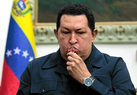 Venezuelan presidentti Hugo Chávez suuteli krusifiksia televisiohaastattelun aikana Caracasissa joulukuun alussa.