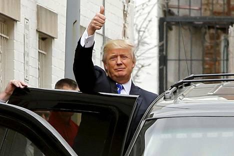 Donald Trump tervehti paikalla olijoita poistuessaan republikaanipuolueen kokouksesta Washingtonissa torstaina.