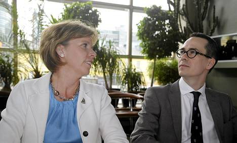 RKP:n puheenjohtajaehdokkaat oikeusministeri Anna-Maja Henriksson ja europarlamentaarikko Carl Haglund kisaavat puolustusministeri Stefan Wallinin seuraajan paikasta.