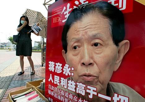 Sars-salailun paljastaneen kirurgi Jiang Yanyongin kuva kiinalaisessa lehtijulisteessa Pekingissä vuonna 2003.