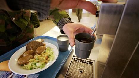 Varusmiesten biojätteiden määrään vaikuttavat niin valistus kuin tarjottavat ruuat.