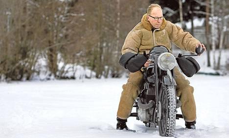 Vanhoja moottoripyöriä harrastava Kari Silvennoinen on ajanut vuodenajoista riippumatta.