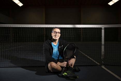 Tennis on ollut Cimmo Nurmelle tärkeä harrastus lapsesta asti. Nyt hän valmentaa siinä junioreita. Porin Tennishallilla Nurmi käy kuutena päivänä viikossa.