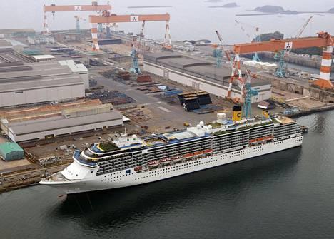 Italialainen Costa Atlantica -risteilyalus kiinnittyneenä laituriin Nagasakin satamassa Japanissa huhtikuun lopussa. Laiva oli karanteenissa miehistön koronavirustartuntojen vuoksi.