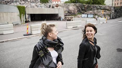 Linda Kuula (vas.) ja Veera Lehmonen seurasivat poliisioperaation käänteitä. Terroriuhalla ei pidä heidän mielestään pelotella suotta.